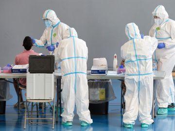 Personal sanitario realizan pruebas PCR en la ciudad de Girona.