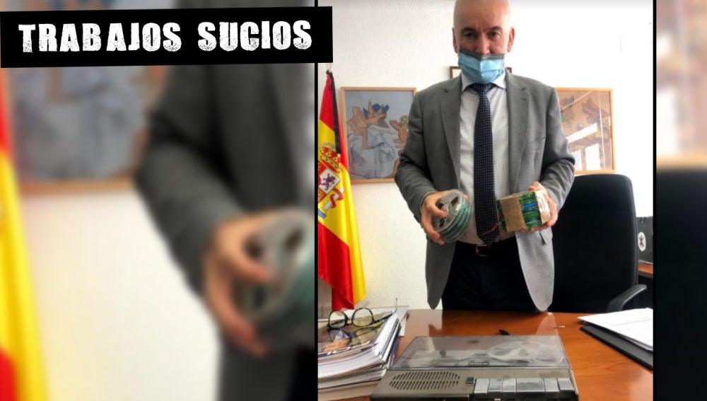 El comisario Enrique Juárez muestra el viejo magnetófono UHER el pasado viernes, su último día como policía.