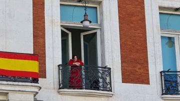 Ayuso saludando desde el balcón de la sede de la Presidencia de la Comunidad de Madrid