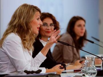 La ministra de Trabajo junto a la portavoz del Gobierno y a la ministra de Igualdad