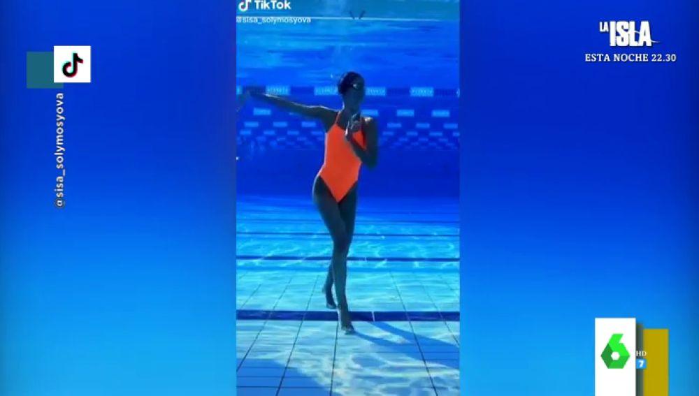 El espectacular vídeo de una nadadora de natación sincronizada bailando bajo el agua