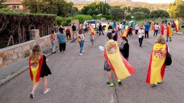 Ciudadanos protestando frente a la casa de Pablo Iglesias e Irene Montero en Galapagar