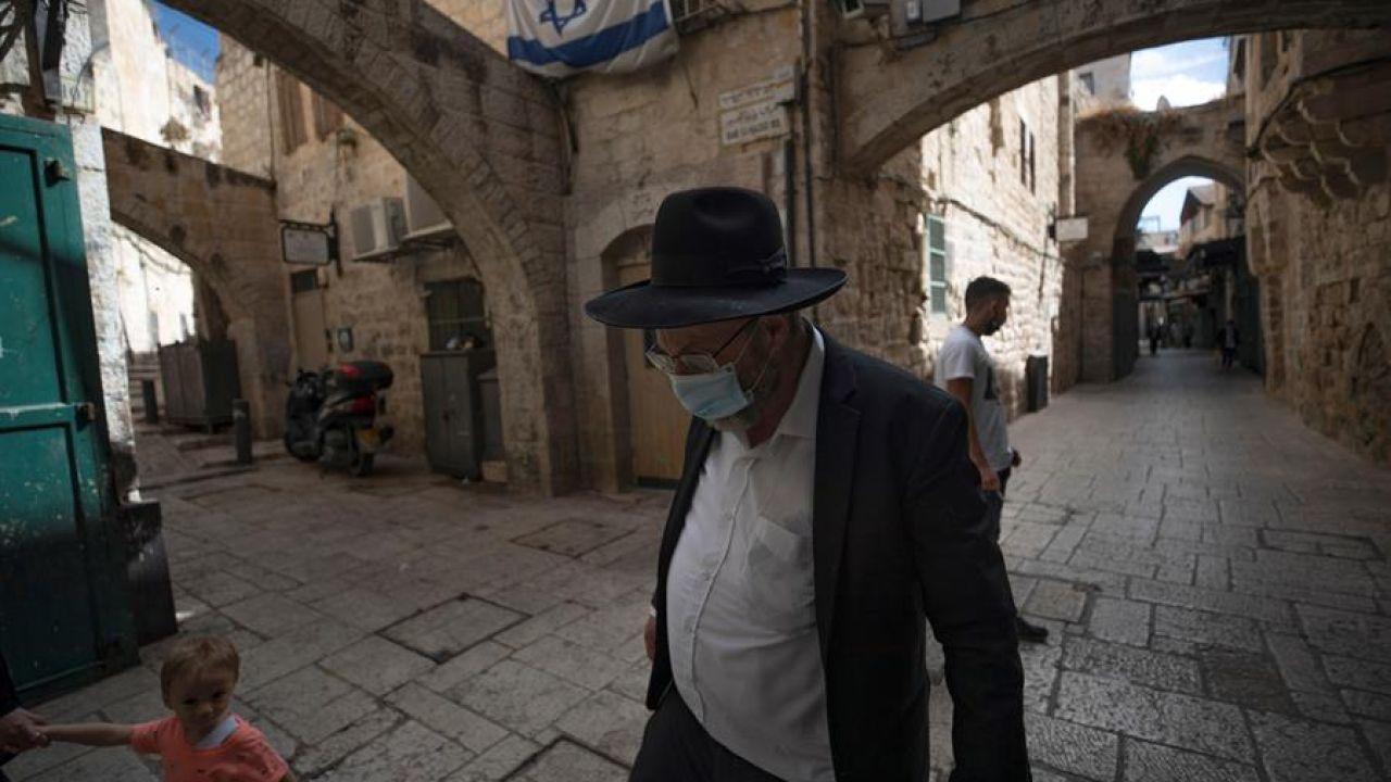 Un hombre ultraortodoxo con mascarilla en Jerusalén