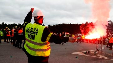 Trabajadores de Alcoa cortan una autovía de Lugo