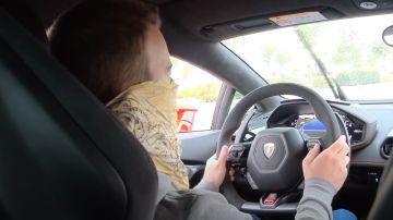 Imagen de Vicesat conduciendo un Lamborghini Huracan en una vía de servicio