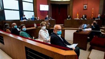 Los miembros de la Mesa del Parlament de la pasada legislatura y Mireia Boya, durante el juicio