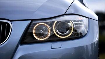 Se acortan los días: ¿por qué debo cambiar las luces de mi coche y cuánto me va a costar?