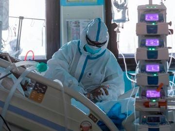 Una enfermera atiende a un paciente ingresado por COVID-19 en la UCI