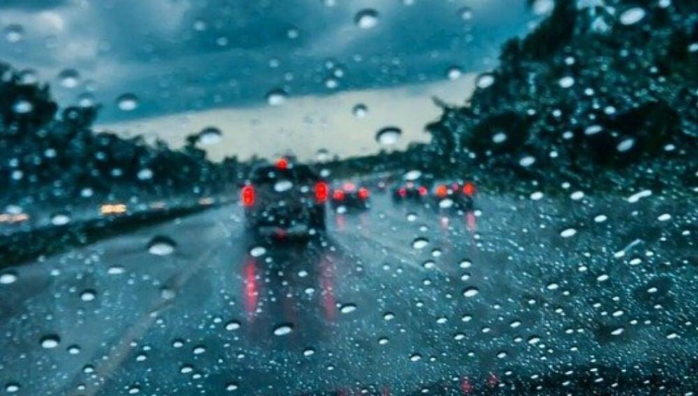 La lluvia puede complicar nuestra experiencia de conducción
