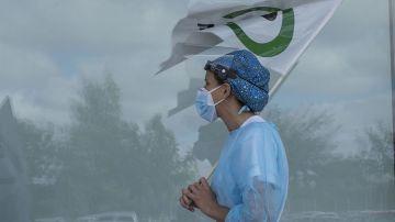 Protesta de sanitarios frente al Hospital Mateu Orfila, este martes en Mahón, Menorca