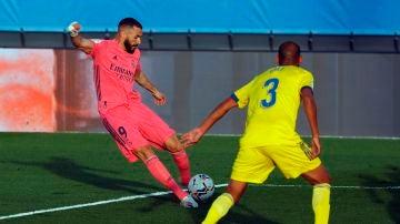 Benzema juega un balón ante el defensa Fali