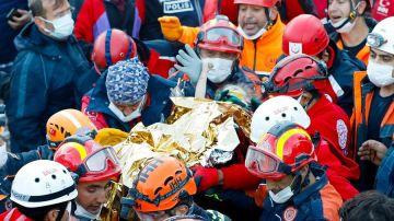 Los equipos de salvamento tras rescatar a la pequeña Elif