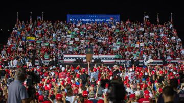 Trump saluda a sus simpatizantes durante un acto de su campaña electoral.