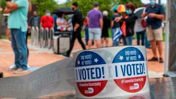 Detalle de unas pegatinas que dicen 'Yo voté' en un centro de votación en Miami