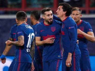 Héctor Herrera y Giménez celebran un gol