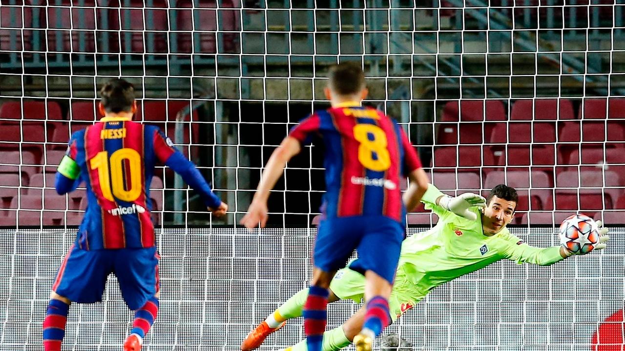 Leo Messi lanza un penalti