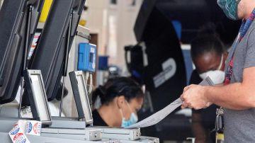 Una persona vota en una estación de bomberos en Hialeah, Florida