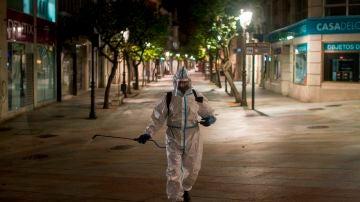 un operario municipal realiza labores de desinfección, en la calle del Paseo de Ourense