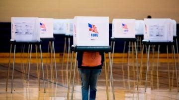 Una persona ejerce su derecho al voto en un colegio electoral de Bowie, Maryland