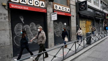Ciudadanos pasean por las calles de Madrid