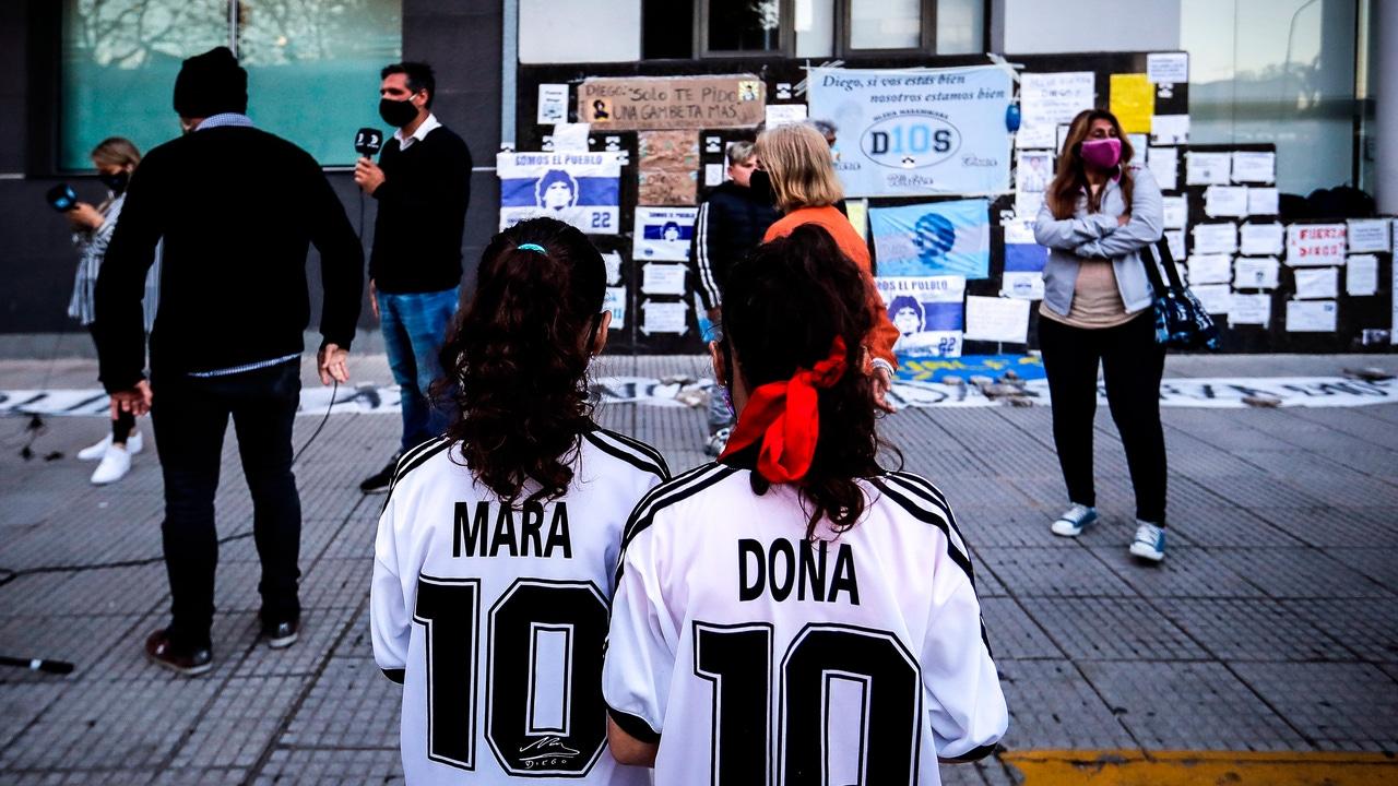 Aficionados en la puerta del hospital donde se encuentra Maradona