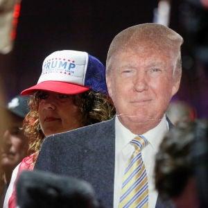 Un manifestante sostiene una figura de Donald Trump