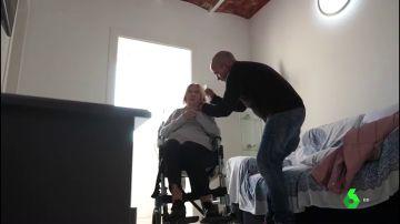Imagen de un hombre cuidando a su madre enferma