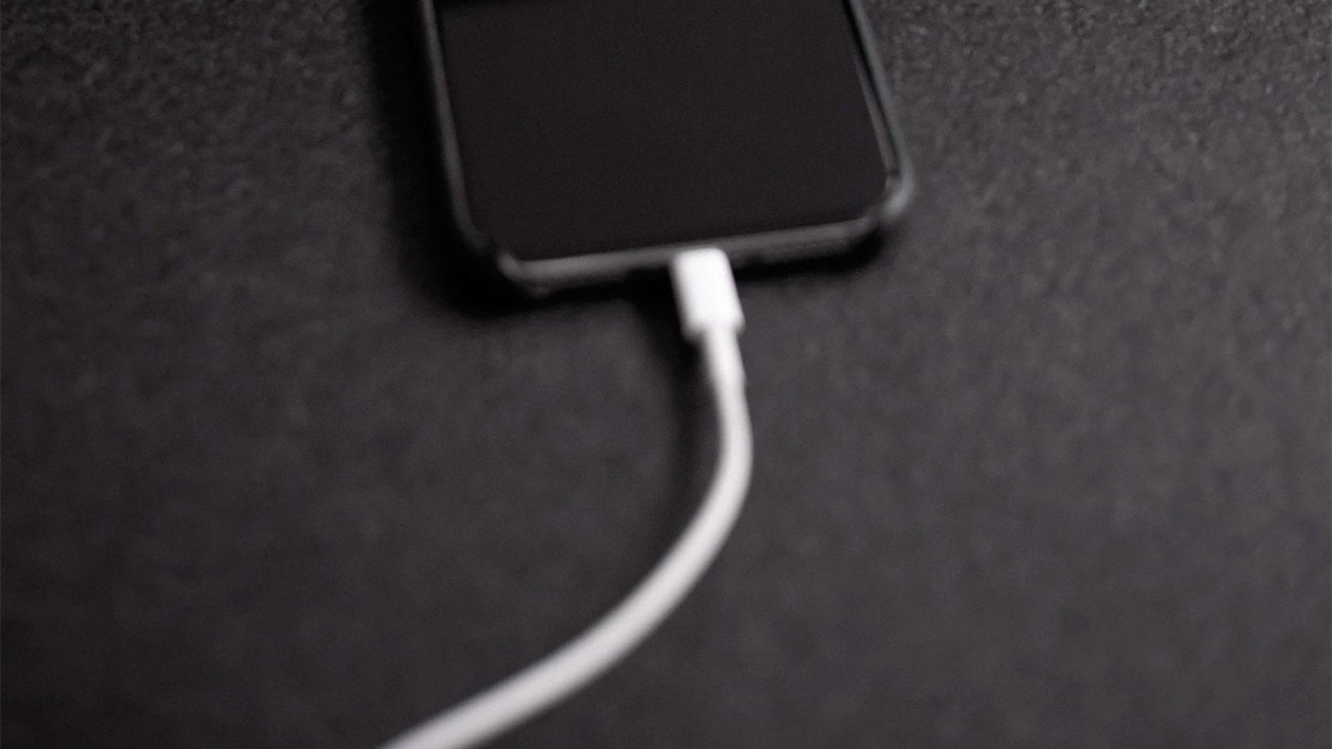 Un móvil cargando