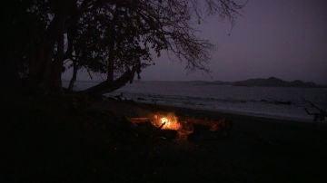 La Isla, de noche y con una fogata