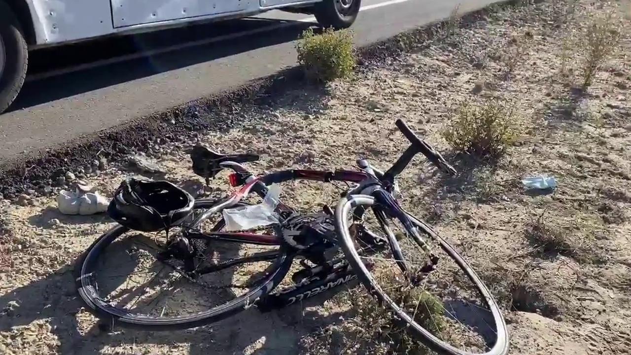 Una bicicleta, tirada en la arena