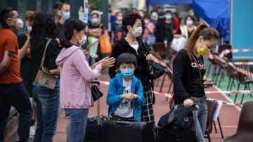 Imagen de población china esperando una cola para poder viajar