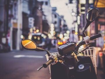 El mobiliario urbano no se puede aprovechar para aparcar la motocicleta