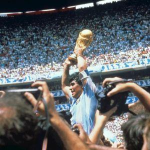 Maradona levanta la Copa del Mundo en el Mundial 1986