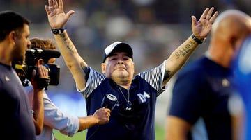 Diego Armando Maradona saluda a la afición.
