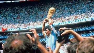 Diego Armando Maradona con la Copa del Mundo tras derrotar la selección argentina a Alemania en el estadio Azteca el 29 de junio de 1986 en Ciudad de México