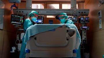 Dos profesionales sanitarios trabajan en la UCI del Hospital Vall d'Hebron de Barcelona este miércoles