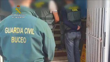 Agentes de la Guardia Civil procediendo al registro del centro de buceo