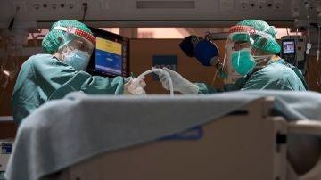 Dos profesionales sanitarios trabajan en la UCI