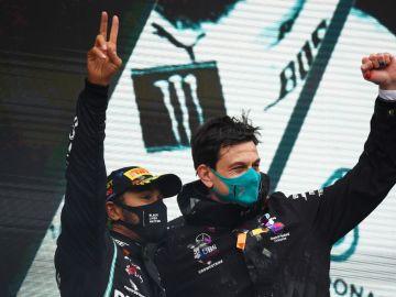 Toto Wolff, con Lewis Hamilton