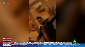 Graban a un pedófilo que habría abusado sexualmente de una niña de 14 años en un centro comercial de Barcelona