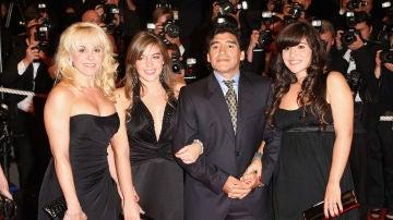 Diego Armando Maradona, su exmujer, Claudia Villafane, y hijas Dalma y Giannina