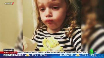 El desternillante vídeo en el que una niña a punto de vomitar intenta fingir delante de su madre que la comida está buena