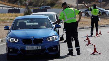 Agentes de la Guardia Civil de Tráfico realizan un control de alcoholemia y drogas en la A-79 que une Alicante y Elche