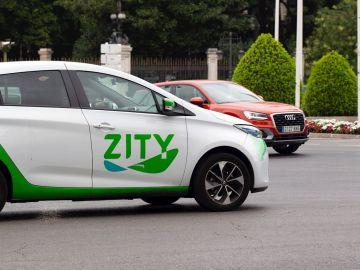 Coche de alquiler de la empresa Zity circulando por Madrid
