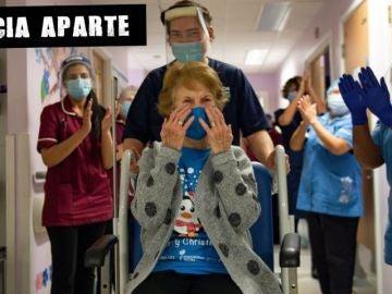 Aplausos a una paciente tras superar el COVID