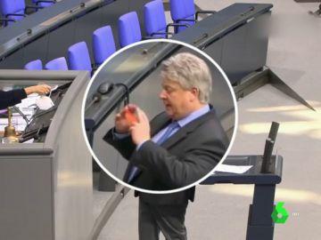 Ingresan por COVID-19 a un diputado negacionista y ultraderechista alemán que llevó al Parlamento una mascarilla de rejilla