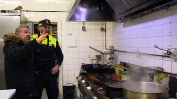 """La Policía cierra un restaurante de comida china al que Chicote califica como """"el paraíso del bicho"""": """"¡Corren las cucarachas por encima de la campana!"""""""