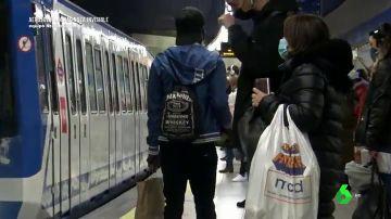 Imagen de personas en el Metro
