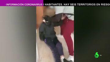 Graban la brutal paliza de tres menores a un joven al que quitaron el móvil