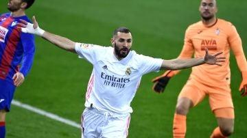 Benzema celebra un gol ante el Eibar